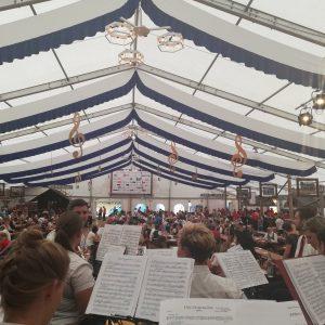 Im Anschluss daran überreichten wir das traditionelle Gastgeschenk an unsere Freunde, den Trachtenverein und die Musikkapelle Mittelberg-Faistenoy.