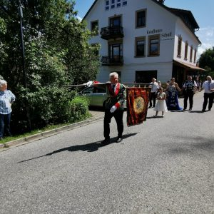 Als Fähnrich lief der kommandierende Offizier der St. Johannes Baptist Schützenbruderschaft Waldfeucht Günner Dahlmanns voran.